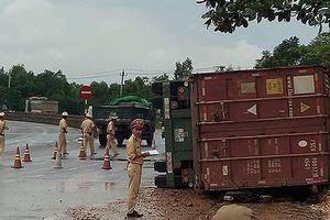 Container lật ngang đè chết 2 cô gái trẻ