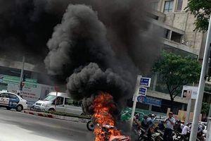 Xe máy bốc cháy ngay cầu Rồng, nữ sinh viên kịp nhảy khỏi xe