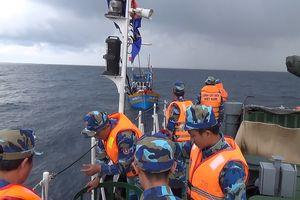 Tàu Cảnh sát biển 4037 cứu tàu cá và 8 ngư dân
