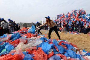 Tạo hình biển Chết bằng túi nhựa