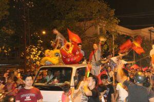 Người Cần Thơ đổ xô ra phố ăn mừng đội tuyển Việt Nam vào chung kết
