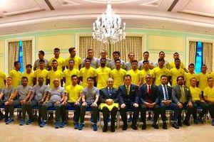 Thủ tướng 93 tuổi của Malaysia vấn an đội nhà trước trận gặp Việt Nam