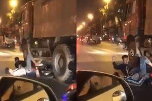 Clip: Hai CĐV suýt chết dưới gầm xe tải vì lạng lách khi đi 'bão'