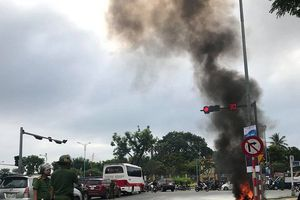 Người phụ nữ kịp thời thoát thân khi xe máy bốc cháy