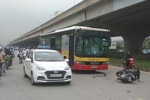 Hà Nội: Xe máy chạy ngược chiều đâm thẳng vào đầu xe buýt
