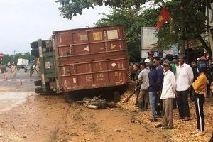 Xe container lật ngang đè 2 phụ nữ tử vong