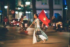 Đi bão 'độc' như NSƯT Chiều Xuân: Không kèn trống, diện áo dài vác cờ tổ quốc văn minh nhưng vẫn cực chất