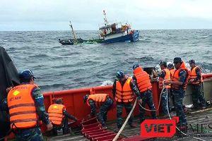 Tàu Cảnh sát biển vùng 2 cứu nạn thành công tàu cá cùng 9 ngư dân bị nạn trên biển