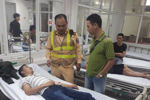 Hà Nội: Đang lái xe trên phố, tài xế hạ kính cầu cứu CSGT