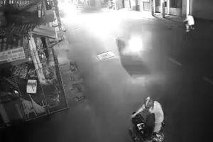 Người đàn ông đổ xăng từ xe máy ra người và châm lửa tự thiêu