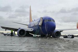 Máy bay chở 117 người lao khỏi đường băng khi hạ cánh trong mưa lớn