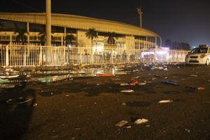 Phía trước sân Mỹ Đình ngập trong biển rác sau trận Việt Nam gặp Philippines