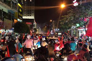 Hàng nghìn người dân Phủ Lý đổ ra đường ăn mừng chiến thắng của tuyển Việt Nam
