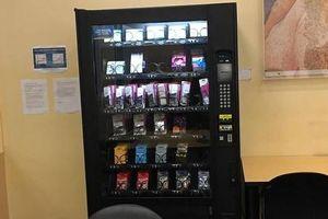 Trường đại học có máy bán thuốc tránh thai và bao cao su cho sinh viên