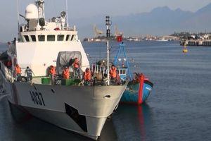 Tàu cảnh sát biển cứu tàu cá và 8 ngư dân gặp nạn