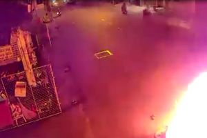 Thanh niên dừng xe, đổ xăng tự thiêu giữa đường ở TP.HCM
