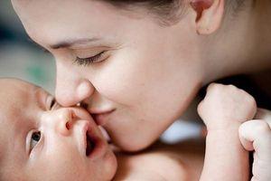Hiểm họa đằng sau nụ hôn của người lớn với trẻ nhỏ