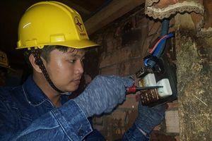 Thanh niên công nhân sửa điện giúp dân nghèo