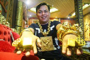Qua một đêm, chàng trai bán dầu ăn thành 'đại gia' đeo 13kg vàng đi cổ vũ đội tuyển Việt Nam