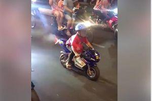 Cậu bé chạy xe giữa đường mừng Việt Nam thắng Philippines, ba mẹ có thể bị phạt