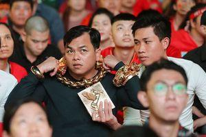 Báo chí quốc tế rúng động vì người đàn ông đeo 13kg vàng đi xem bóng đá