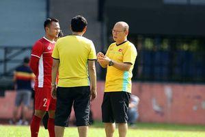 Trọng Hoàng căng cơ, Quế Ngọc Hải mặc áo khoác tập luyện giữa nắng nóng trên đất Malaysia