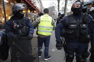 Người biểu tình bắt đầu tuần hành trên Đại lộ Champs-Elysees