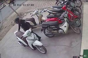 Clip hot (8/12): Trộm xe trong vòng 'một nốt nhạc', ĐT Việt Nam đối phó với Malaysia thế nào?