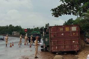 Quảng Trị: Lật xe container, 2 người tử vong