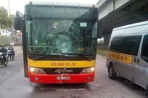 Xe máy 'đấu đầu' xe buýt, nam thanh niên thiệt mạng ở Hà Nội