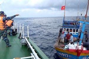Cứu nạn thành công tàu cá cùng 9 ngư dân gặp nạn trên biển