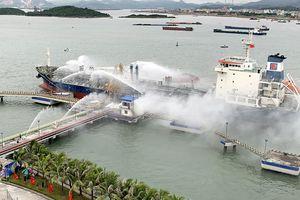 Thao diễn xử lý tình huống cháy lớn tại kho cảng xăng dầu
