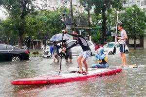 Sau mưa lớn, dân Đà Nẵng di chuyển bằng thuyền