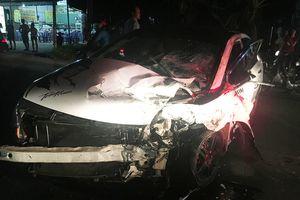 Hai ôtô biến dạng sau pha đối đầu, 3 người nguy kịch