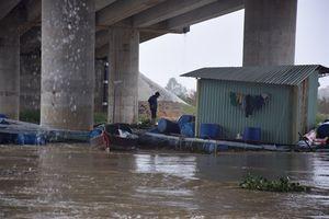 Mưa lớn, nước sông cuốn trôi hơn 40 lồng nuôi cá của người dân