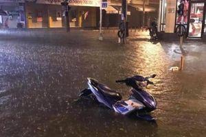 Mưa cực lớn tại Đà Nẵng, người dân trắng đêm canh nước tràn nhà