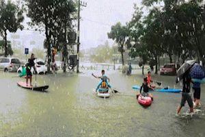 Phố Đà Nẵng ngập như sông, giới trẻ bơi thuyền kayak tranh tài