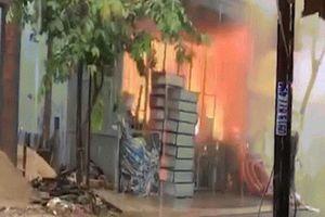 Mưa như trút nước, xưởng inox ở Đà Nẵng vẫn cháy nổ khủng khiếp