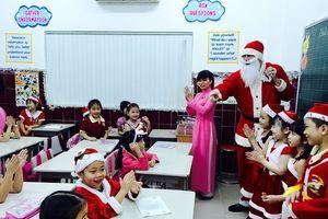 Phụ huynh đừng đưa ông già Noel đến trường tặng quà