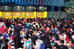 CĐV Malaysia vác chiếu, xếp hàng 10 tiếng xuyên đêm săn vé xem chung kết