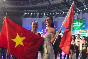 Tiểu Vy tự hào giương cao cờ Việt Nam khi kết thúc chung kết Miss World 2018