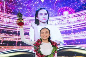 Nữ sinh Nguyễn Phạm Hương Giang đăng quang Én Vàng Học Đường 2018