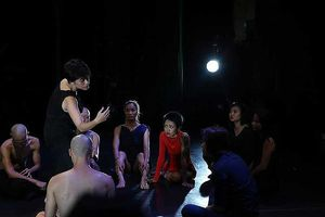 Bài 2: Đằng sau ánh đèn sân khấu
