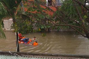 Nước lụt cô lập, người dân phải trèo lên gác lửng kêu cứu