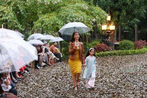 Hà Nội trở lạnh, gần 500 mẫu nhí cầm ô diễn trong mưa