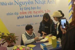 Độc giả đội mưa xếp hàng xin chữ ký nhà văn Nguyễn Nhật Ánh
