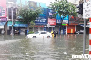 Mưa ngập lịch sử ở Đà Nẵng: Ô tô, xe máy bơi trong biển nước, CSGT căng mình cứu hộ