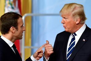 Giữa lúc Pháp hỗn loạn vì biểu tình, ông Trump liên tiếp 'chế giễu' ông Macron