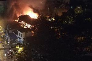 Đình cổ ở Hà Nội bốc cháy ngùn ngụt trong đêm