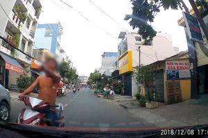 Người lái xe máy chửi mắng tài xế, tông liên tục vào ôtô